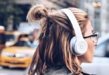 Women-listening-to-music-through-beats-headphones