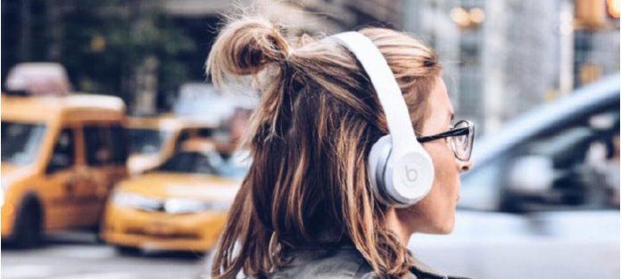 Women-listening-to-music-through-beats-headphones
