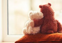 two embracing teddy bears | difference between sadness and depression